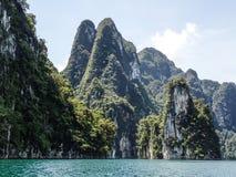 Högväxta kalkstenklippor på Khao Sok sjön Royaltyfri Foto