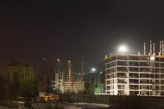 Högväxta kranar och byggnader under konstruktion Arkivbilder