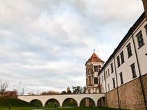 Högväxta kyrktorn och torn, taket av en gammal forntida medeltida barock slott, en renässans som är gotisk i mitten av Europa royaltyfria bilder