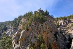 Högväxta Rocky Canyon With Pine Trees på en Sunny Day Arkivfoton