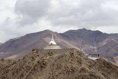 Högväxta Shanti Stupa i Leh, Ladakh, Indien Arkivfoto