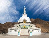 Högväxta Shanti Stupa nära Leh - Ladakh - Indien Arkivfoto
