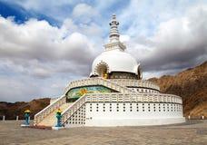 Högväxta Shanti Stupa nära Leh - Ladakh - Indien Royaltyfri Foto