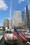 Högväxta skepp anslöt på den norr liten vikmarina på batteriet parkerar i Manhattan Arkivfoto