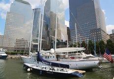 Högväxta skepp anslöt på den norr liten vikmarina på batteriet parkerar i Manhattan Royaltyfria Bilder