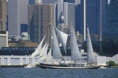 Högväxta skepp seglar i en ståta i den New York hamnen under den 100 år berömmen för statyn av frihet, Juli 3, 1986 Royaltyfria Bilder
