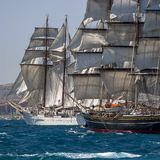 Högväxta skepp seglar mycket royaltyfri fotografi