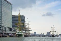 Högväxta skepp seglar till kusten som ska förtöjas Royaltyfria Bilder