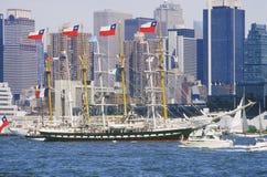 Högväxta skepp som seglar ner Hudson River under den 100 år berömmen för statyn av frihet, Juli 4, 1986 Royaltyfri Fotografi