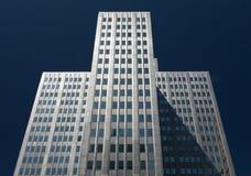 Högväxta Skyscrapper med blå himmel Royaltyfri Fotografi