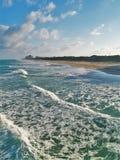 Högvatten- och turkosgräsplanvatten på Juno Beach Arkivfoton