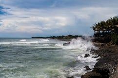 Högvatten som slår ekostranden i Canggu, Bali arkivbilder