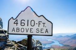Höhen-Zeichen an der Spitze eines Berges gegen klaren Himmel Lizenzfreie Stockbilder