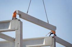 Höhenarbeitskräfte, die Binder auf Gebäudeskelett setzen lizenzfreie stockbilder