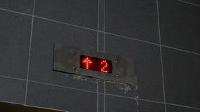 höhenruder Digitalanzeige - eine, zwei, drei Böden stock video footage