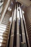 Höhenruder innerhalb des Wolkenkratzers Stockfotos
