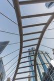 Höhenwinkel des Skywalk in Sathorn-Bezirk, Bangkok, Thail Lizenzfreie Stockfotografie