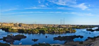 Höhepunkt über den Bergen und den Felsen im Fluss Nil in Assuan Lizenzfreie Stockfotos