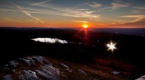 Höhepunkt-Nationalpark im Spätherbst mit starburst Sonnenuntergang und Scheinwerfern Stockfotografie