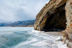 Höhle an Baikal-See stockfotografie