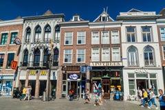 HÖHLE BOSCH, DIE NIEDERLANDE - 30. AUGUST 2016: Historische Häuser in Den Bosch, Netherlan lizenzfreies stockbild
