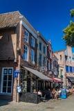 HÖHLE BOSCH, DIE NIEDERLANDE - 30. AUGUST 2016: Historische Häuser und Freilichtcafé in Den Bosch, Netherlan stockfotos