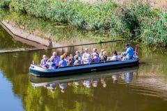 HÖHLE BOSCH, DIE NIEDERLANDE - 30. AUGUST 2016: Touristisches Boot auf einem Kanal in Den Bosch, Netherlan lizenzfreie stockbilder