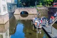 HÖHLE BOSCH, DIE NIEDERLANDE - 30. AUGUST 2016: Touristisches Boot auf einem Kanal in Den Bosch, Netherlan lizenzfreies stockfoto