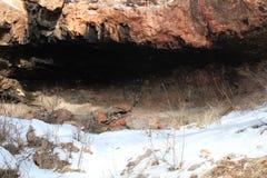 Höhle in der Gebirgsseite Stockbild