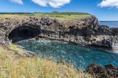 Höhle des vulkanischen Ursprung nahe der Bucht von Ana Kai Tangata lizenzfreies stockfoto