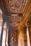 Höhle 2: Die Kopfwände der äußeren Veranda, linke Seite Badami-Höhlen, Karnataka, Indien Geschnitzte Zahl von Varaha, ein Eber, r Lizenzfreies Stockbild