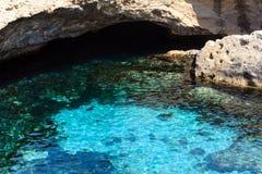 Höhle Grotta-della poesia, Roca Vecchia, Salento-Seeküste, Ita Lizenzfreie Stockfotografie