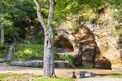 Höhle Gutmana Jahrhundert und im Gauja Fluss zurück stockbild