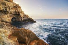 Höhle im Felsen in dem Meer Stockbilder