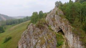 Höhle im Felsen im Wald stock video