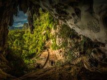 Höhle mit Petroglyphen Stockbilder