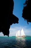 Höhle Silhoutte mit Segel-Boot Lizenzfreie Stockbilder