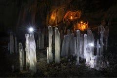Höhle und Eiszapfen Stockbild