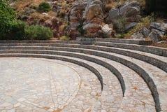 Höhle von Charkadio-Amphitheatre auf Tilos lizenzfreie stockbilder