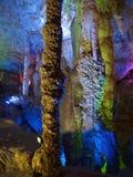 Höhleinnenraum mit bunter Leuchte Stockbilder