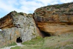 Höhlen an Clashach-Bucht Stockbilder