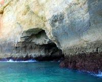 Höhlen in den Klippen färben sich in Lagos in der Algarve gelb Stockfoto