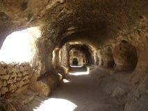 Höhlen nähern sich buddhistischem stupa in Samangan, Afghanistan lizenzfreies stockfoto