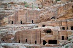 Höhlen in PETRA, Jordanien - alte Nabatean-Stadt im roten natürlichen Felsen und mit lokalen Beduinen, UNESCO-Welterbe lizenzfreie stockbilder