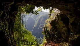 Höhlen Sie baclony Ansicht an den Bergen in der Sonne aus Lizenzfreies Stockbild