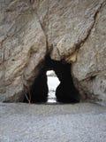 Höhlen Sie in das Meer aus stockbilder