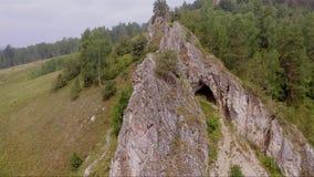 Höhlen Sie in der Felsenantenne die Spanne der Seite aus stock video