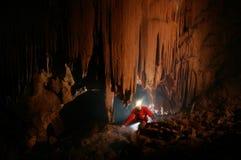Höhlen Sie Durchführung mit einem caver aus Lizenzfreies Stockbild