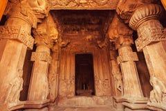Höhlen Sie Halle mit geschnitzten Spalten innerhalb des traditionellen hindischen Tempels aus Pattadakal, Grafiken des 7. Jahrhun Stockbilder