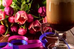 Höhlen Sie Kaffeetasse, Herz, Tulpen, auf Tabelle Lizenzfreies Stockfoto